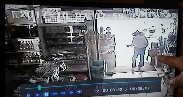 昨早7點40分,黃翁戴著斗笠,獨自騎車至距離住家3公里的超市挑選2條、共40元童軍繩,隨後步出店門,監視錄影時間慢約15分鐘。(記者曾迺強翻攝)