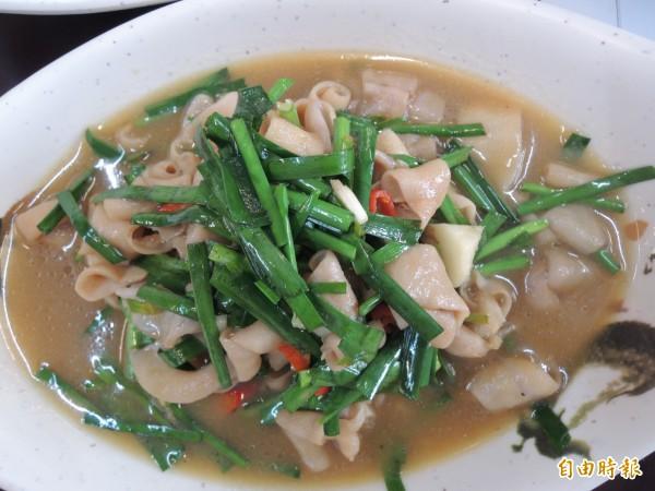 「新竹鴨肉麵楊梅店」的炒鴨腸是許多主顧必點菜色之一。(記者周敏鴻攝)