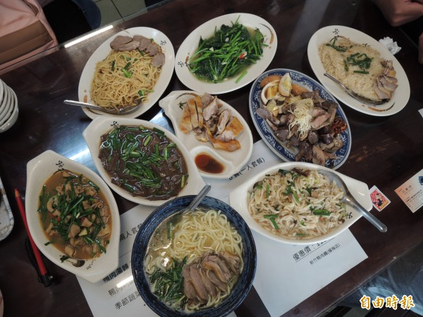 「新竹鴨肉麵楊梅店」主食與配菜選項都很豐富。(記者周敏鴻攝)