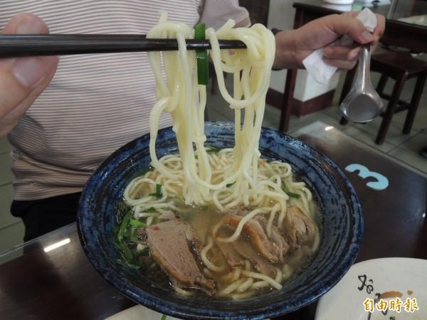 「新竹鴨肉麵楊梅店」的鴨肉麵深受老主顧歡迎。(記者周敏鴻攝)