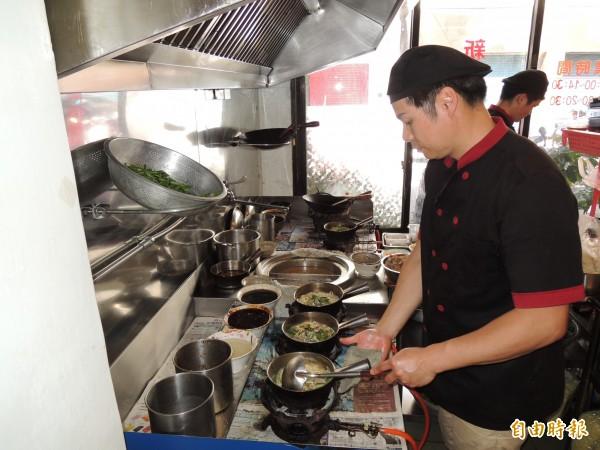 「新竹鴨肉麵楊梅店」廚師們每到用餐時間總是忙碌的不得了。(記者周敏鴻攝)