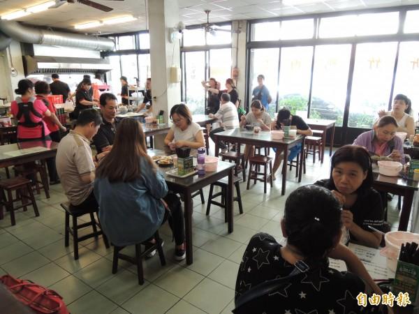用餐時間的「新竹鴨肉麵楊梅店」,常常座無虛席。(記者周敏鴻攝)
