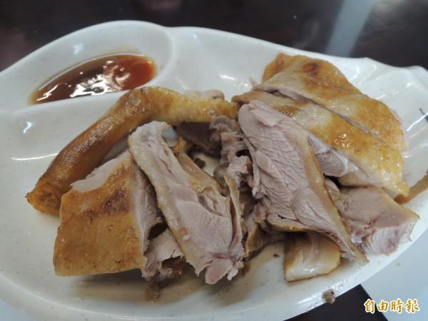 「新竹鴨肉麵楊梅店」的燻鴨是許多主顧必點菜色之一。(記者周敏鴻攝)