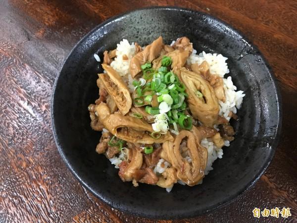 大腸滷出嚼勁但不死鹹,配上翠綠蔥花,雖然簡單卻需耗時製作。(記者張安蕎攝)