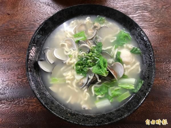 蛤蠣麵每一碗都放上半斤的蛤蠣及大把的小白菜,用量誠意十足。(記者張安蕎攝)