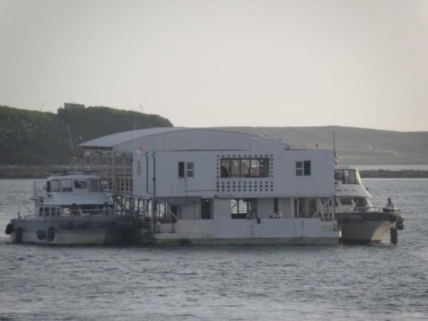 澎湖觀光發展迅速,海上平台船數量增加也帶來汙染。(記者劉禹慶攝)