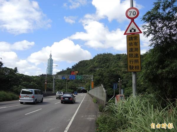 信義快速道路是「一般道路」、非「快速公路」。(記者翁聿煌攝)