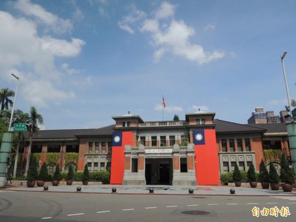 新竹市政府在國家雙十慶典時掛上長版大面國旗,讓人感到喜氣和莊嚴,不少網友說新竹市綠色執政,比起其他縣市,國旗反而掛得多。(記者洪美秀攝)