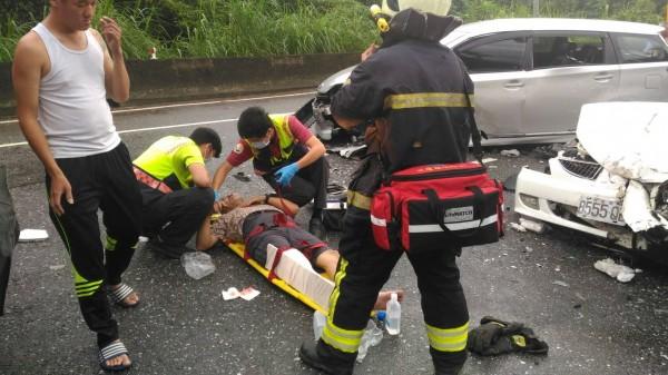 花蓮縣消防局正在替傷勢較嚴重的吳姓男子固定傷處。(消防局提供)