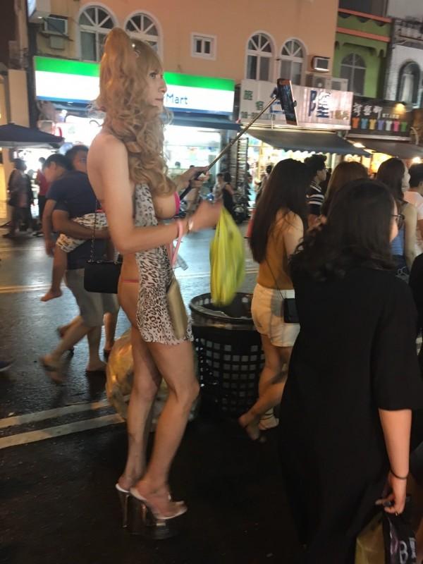 配戴巨乳男子逛大街遭。(記者蔡宗憲翻攝)