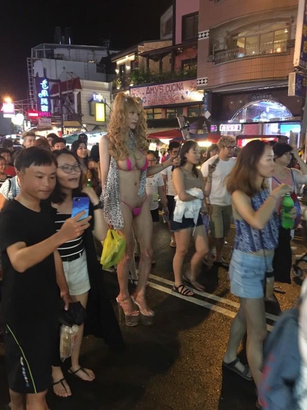 配戴巨乳男子逛大街,相當醒目。(記者蔡宗憲翻攝)
