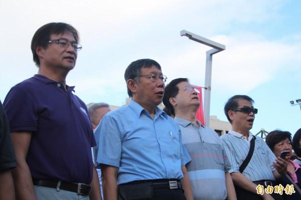 雙十國慶今天到來,台北市政府上午7點30分於市府廣場舉行升旗典禮,柯文哲與局處首長跟民眾一起唱國歌。(記者鍾泓良攝)
