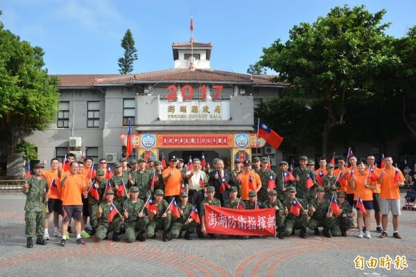 捍衛國家安全的國軍,也整隊參加國慶日升旗典禮。(記者劉禹慶攝)