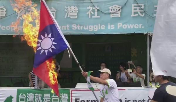 蔡丁貴燒毀國旗。(記者王冠仁翻攝)
