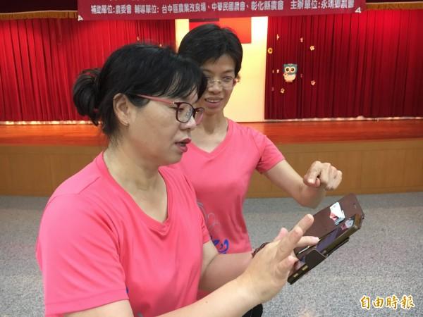 學員以Line互拍舞步由老師在線上指導。(記者顏宏駿攝)