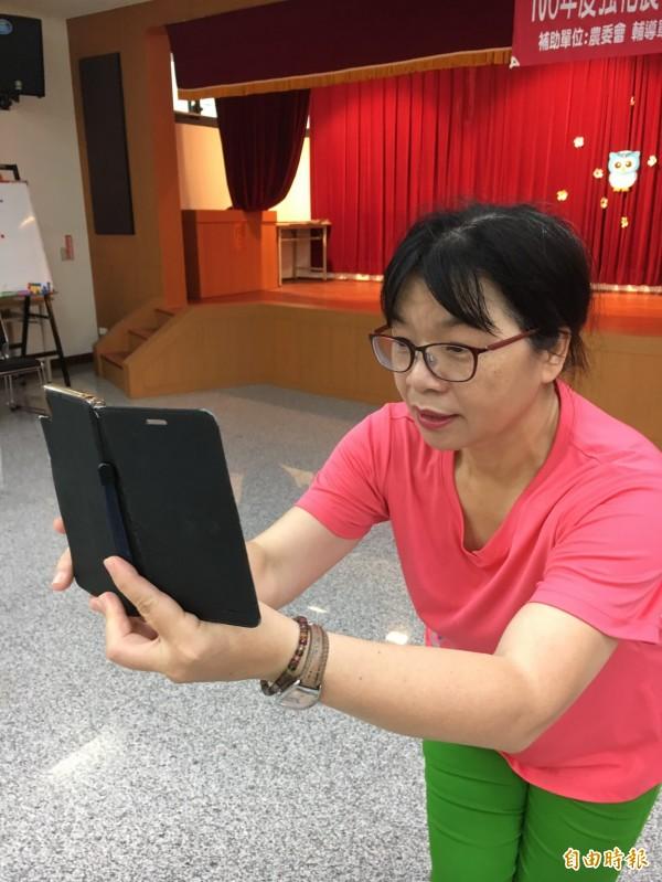 學員扭腰擺臀之餘,同學之間拚命手機相互拍攝,下課後相互分享,在群組上糾正錯誤。(記者顏宏駿攝)