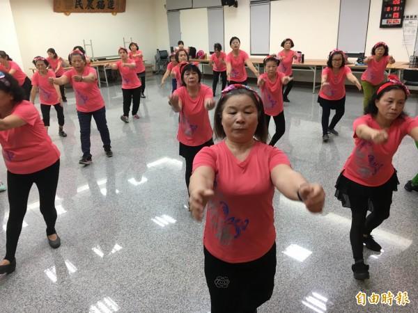 「樂齡舞蹈班」練舞的「秘密武器」,竟是手機Line軟體。(記者顏宏駿攝)