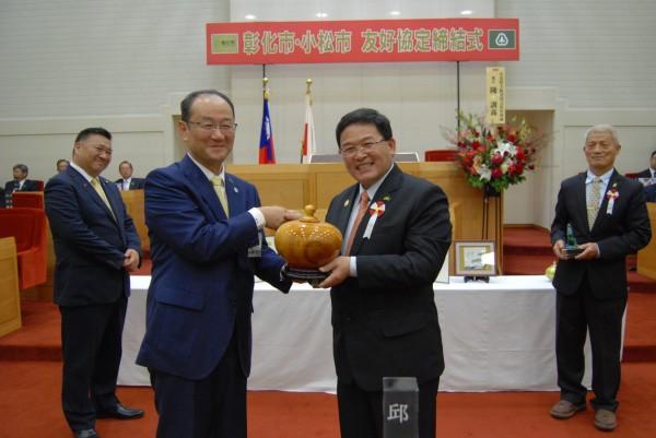 彰化市長邱建富(右)贈小松市長和田慎司(左)聚寶盆。(記者湯世名翻攝)
