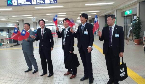 日本國會議員在機場迎接彰化市公所人員時揮舞台灣國旗。(記者湯世名翻攝)