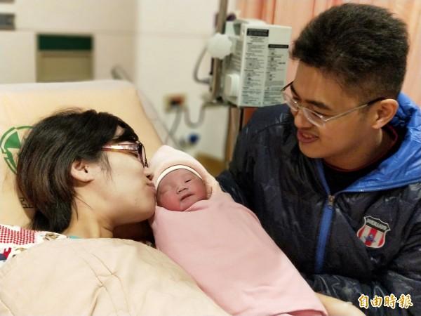 黃盟豪(右)與林春熙的二兒子,聽媽媽的話,在國慶日這天報到,幸福洋溢。(記者何玉華攝)