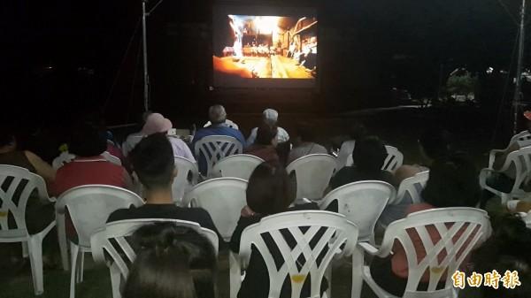 族人分享Uki Bauki「巴拉冠誓約」的紀錄片,感動不已。(記者陳賢義攝)