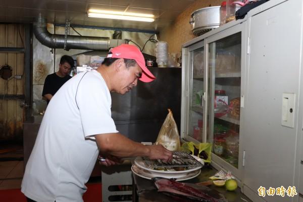 李金山與弟弟李萬居兄弟檔是宜蘭市人,20幾年前會到家鄉開設金魚園餐廳。(記者林敬倫攝)