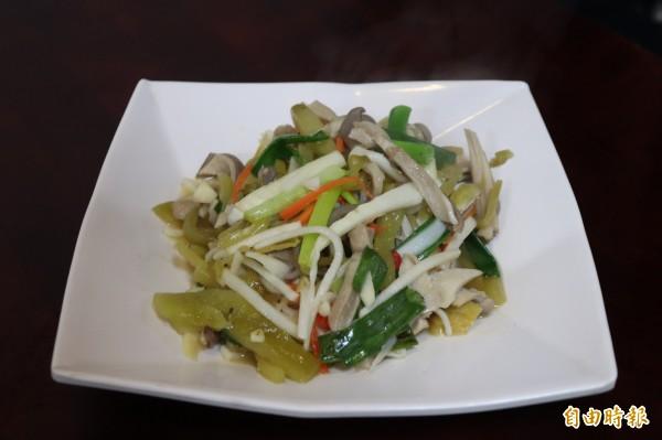 「酸菜肚絲」是金魚園的招牌熱炒。(記者林敬倫攝)