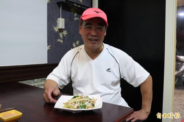 李金山說,由於「酸菜肚絲」的豬肚處理麻煩,要洗要燙還要滷,外面已經很少餐廳在做。(記者林敬倫攝)