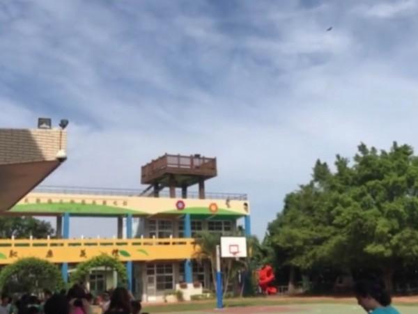 文德國小學生們自製水火箭發射升空,吸引「國慶鳥」灰面鵟鷹以為是食物低空盤旋。(記者湯世名翻攝)