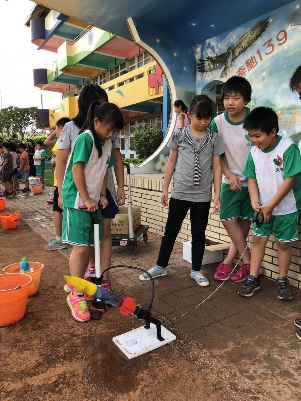 國慶日連假後的收心操,文德國小讓學生們自製水火箭發射升空,熱鬧有趣。(記者湯世名翻攝)