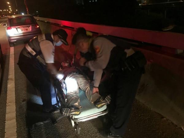 警方將意圖尋短的巫姓男子送上救護車。(記者鄭名翔翻攝)