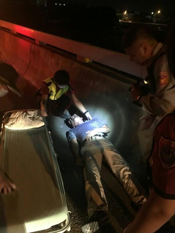 警方溫情勸說巫男安撫情緒,並將其送醫,經急救無生命危險。(記者鄭名翔翻攝)