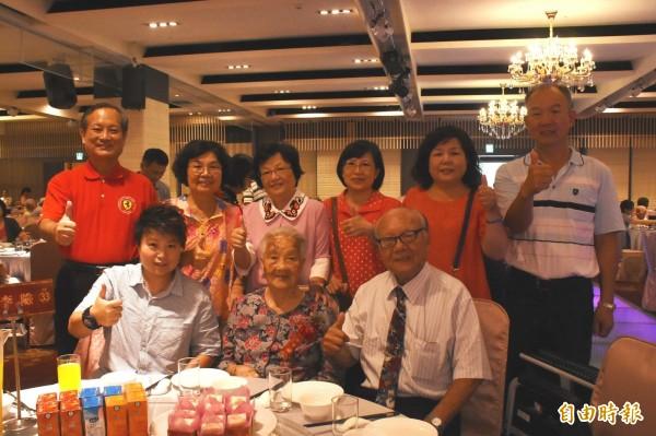 全縣最高齡108歲的梁李險阿嬤(前排中)出席「高齡同學會」接受表揚。(記者張聰秋攝)