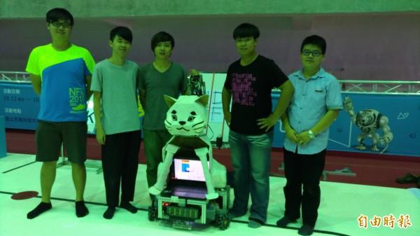 機器人競賽首獎10萬元還送日本參訪,吸引學生組隊參加。(記者廖淑玲攝)