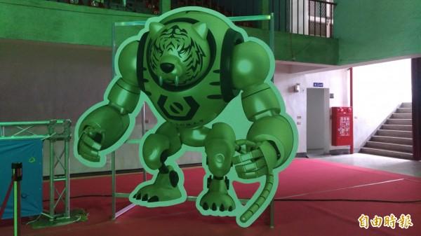 機器人競賽以智慧型男SmartBOT為主題,讓人眼睛一亮。 (記者廖淑玲攝)