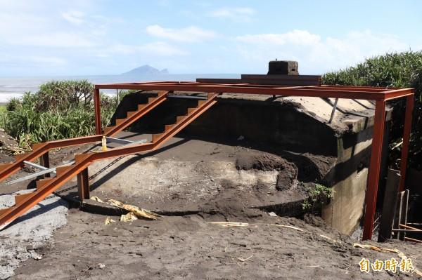 壯圍鄉大福試炮場南端的自行車道旁,有一座二戰時期日軍為防盟軍登陸的R.C造碉堡,站在上面可眺望美麗的海岸線與龜山島。(記者林敬倫攝)
