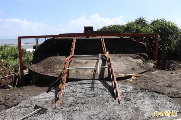 壯圍鄉大福試炮場南端的自行車道旁,有一座二戰時期日軍為防盟軍登陸的R.C造碉堡,近日遭到壯圍鄉公所,以碉堡為地基,建設觀景平台,遭到文史工作者批評。(記者林敬倫攝)