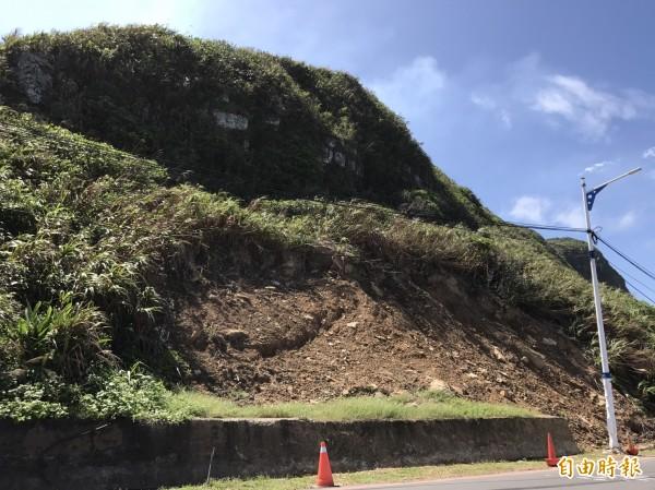 基隆湖海路有多處道路邊坡土石滑落災情,6月至今未修復。(記者盧賢秀攝)