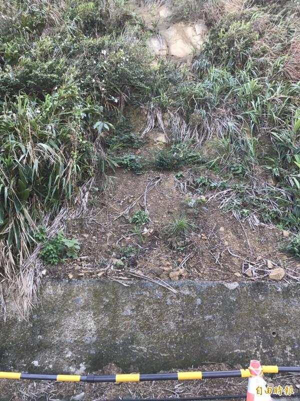 湖海路2.7公里處山壁上方石塊有掉落危險。(記者盧賢秀攝)