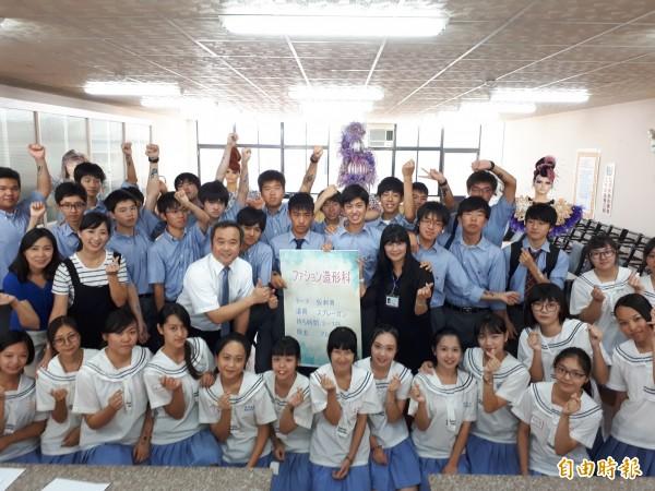 日本神奈川藤澤高校近百名男學生來台參訪,唯一參觀的學校選擇新竹市世界高中。(記者洪美秀攝)