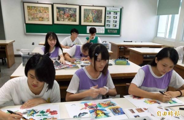 南投縣竹山高中廣告設計科同學,經常一邊交流、一邊創作,透過良性競爭強化自己實力。(記者謝介裕攝)