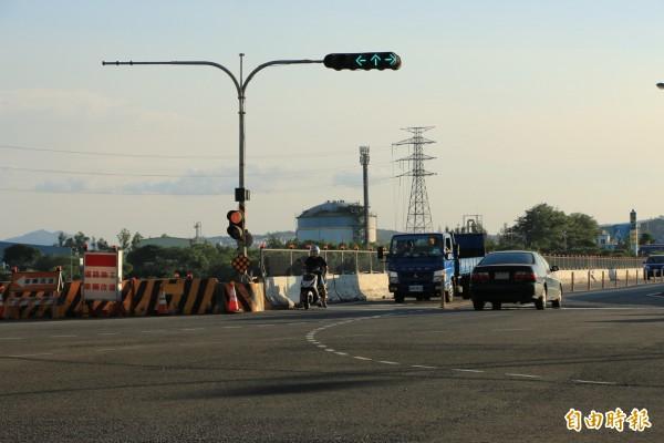 台13甲線豐湖國小至北勢大橋路段進行道路拓寬,封閉北上車道。(記者鄭名翔攝)
