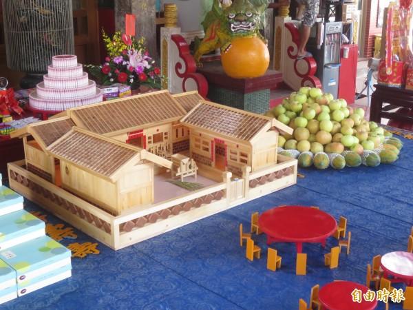 集集大眾爺廟復刻18年前的廟會盛況,並在供桌上備有古式三合院,要讓前來赴宴的諸神入住休息。(記者劉濱銓攝)