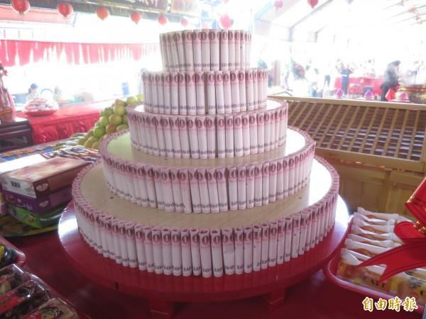 集集大眾爺廟時隔18年再度舉辦廟會,並有現金蛋糕要讓信眾擲筊博大獎。(記者劉濱銓攝)