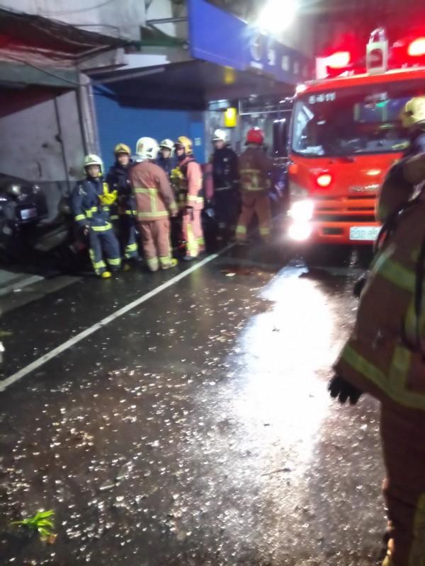 大批消防人車趕抵現場救援。(記者曾健銘翻攝)