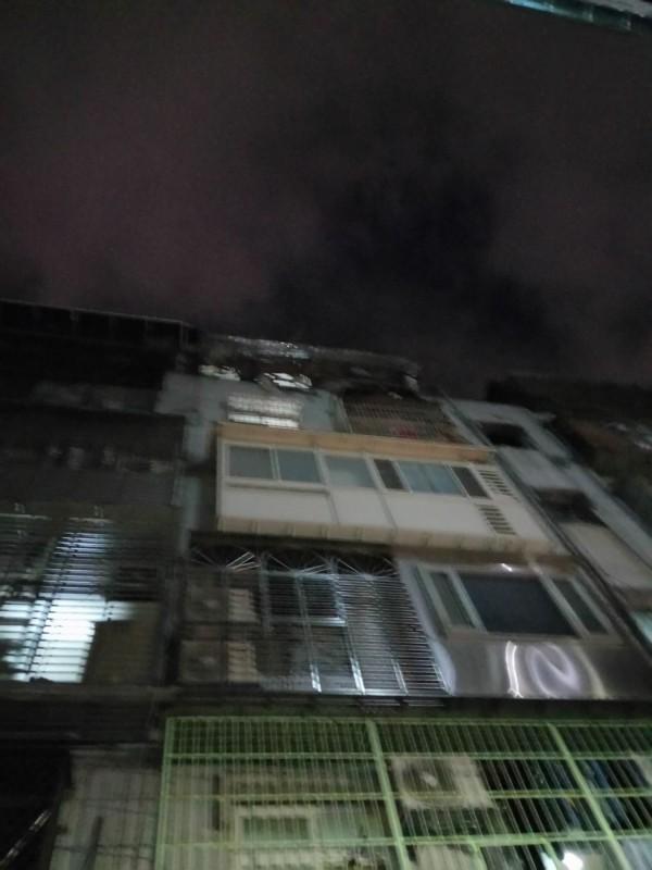 發生氣爆的公寓。(記者曾健銘翻攝)