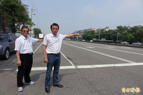 彰化縣秀水鄉長梁禎祥(右)邀請民眾來秀安路參加跨年晚會,最大的摸彩品是價值超過50萬元的轎車。(記者劉曉欣攝)