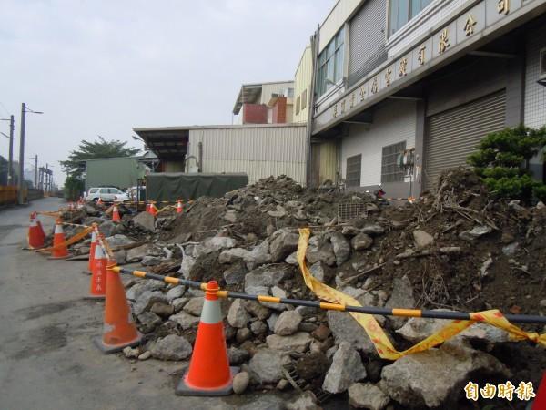 4年多前爆發的彰化市與和美鎮電鍍工廠偷排廢水案,檢方為找暗管,把馬路挖得體無完膚。(資料照,記者張聰秋攝)