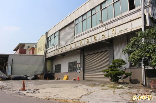 當年被檢方查察的工廠,廠區目前已沒有做,廠區外空地當年被開挖的管線,已經回填恢復原貌。(記者張聰秋攝)