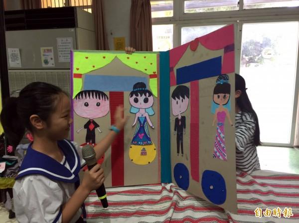 文山國小學生展示自製的大型繪本。(記者陳昀攝)